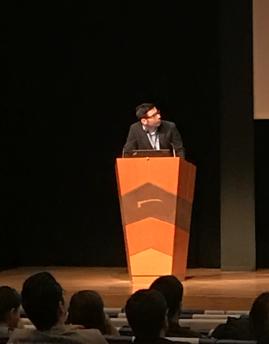 El Dr. V Rubio presentando una comunicación