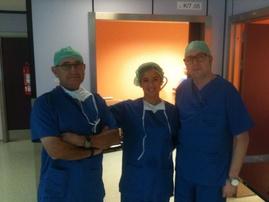 Los Drs. López García y I Linazasoro acompañados del Dr. Palmero (H. de la Ribera) en un moment.