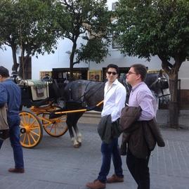 Los Drs. Cadierno y Peralta en un paseo por Sevilla tras una de las Jornadas.