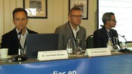 M Emberton, J Rubio y R Sánchez Salas en la Mesa sobre Vigilancia Activa y Tratamiento Focal